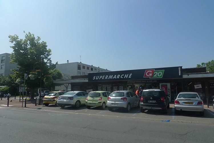 Supermarché au pied de l'immeuble