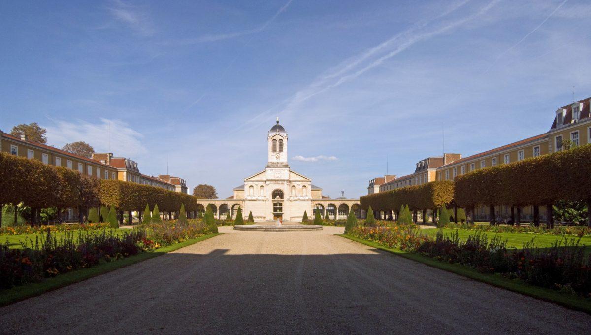 Hôpital_Charles-Foix,_Ivry-sur-Seine_-_Main_Courtyard